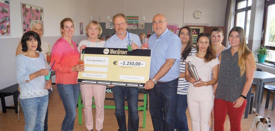 """Die Paul-Cramer-Stiftung, vertreten unter anderem durch Catharina Cramer (Zweite von links), spendet 2250 Euro an das Forum Jugendarbeit zur Neuanschaffung der Cocktailbar """"Katerfrei""""."""