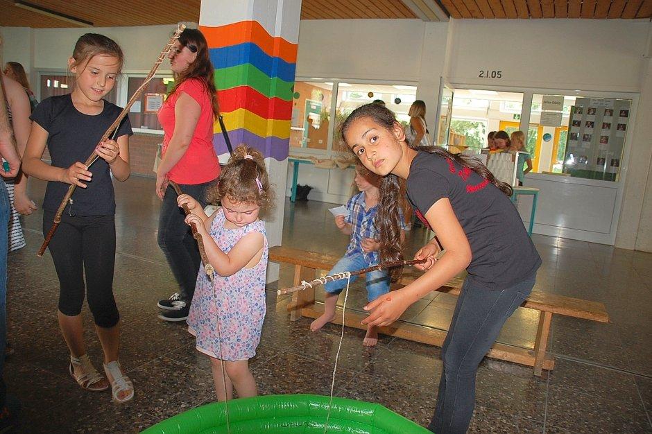 """Unter dem Motto """"Der Ball ist rund, die Welt ist bunt"""", feiert die OGS Warstein zum ersten Mal zusammen mit der OGS Suttrop ihr Sommerfest."""